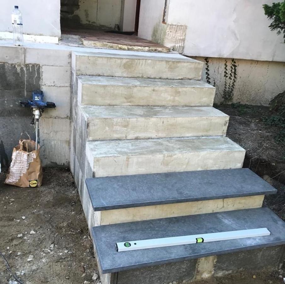 Außentreppe mit Granit und Travertin